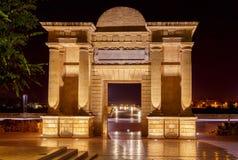 cordoba Ärke- Puerta del Puente på natten Arkivbild