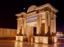 cordoba Ärke- Puerta del Puente på natten Royaltyfria Bilder