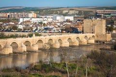 Cordoba, Испани-март 11,2015: Римское река моста и Гвадалквивира, Стоковые Изображения