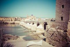 Cordoba, Испани-март 11,2015: Римское река моста и Гвадалквивира, Стоковое Изображение