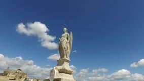 Cordoba Andalucia, Spanien, April 20, 2016: Cordoba Andalucia, Spanien, April 20, 2016: Roman Bridge staty av San Raffaele lager videofilmer