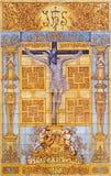 Cordoba - belagd med tegel korsfästelse vid artis M Tienda från 20 cent på fasaden av kyrkliga Iglesia de San Nicolas de la Villa Arkivbilder