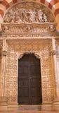 Cordoba - den lilla sena gotiska portalen i domkyrkan med arrestera av Kristus i Gethsemane trädgårdlättnad Royaltyfria Bilder