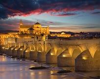 Cordoba - den romerska bron och domkyrkan i bakgrunden Arkivbild