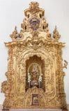Cordoba - det sned polychrome altaret av Madonna från 17 cent i kyrka av kloster Convento Santa Marta Arkivfoto