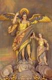 Cordoba - die geschnitzte vielfarbige Statue von Gönner Erzengel RAPHAEL (Santo Angel) der Stadt auf dem Altar in der Kirche Conv Stockfotografie