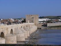 Cordoba forntida Roman Bridge och Calahorra torn Arkivbilder
