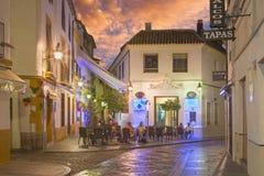 CORDOBA HISZPANIA, MAJ, - 27, 2015: Ulica przy wieczór półmrokiem obraz stock