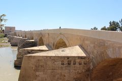 Cordoba roman bro Den stora berömda inre för moské eller Mezquita i Cordoba, Spanien arkivfoto
