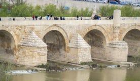 Cordoba romersk bro över floden Guadalquivir, Spanien royaltyfria bilder