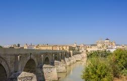 cordoba spain Berömd Roman Bridge och Guadalquivir flod royaltyfri foto