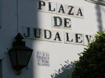 Cordoba, Spanien, 01/02/2007 Gemaltes keramisches Straßenschild stockfotografie