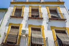 Cordoba, Spanien - 20. Juni: Der Balkon eines Hauses schattiert durch ein St. lizenzfreie stockbilder