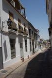 Cordoba, Spanien - 20. Juni: Die leeren schmalen Straßen von Cordoba O Lizenzfreie Stockfotos