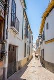 Cordoba Spanien - Juni 20: Ett ensamt par som går på gatorna Fotografering för Bildbyråer