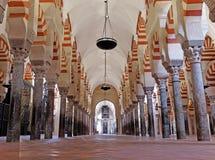 CORDOBA SPANIEN - MARS 02, 2015: Inre för den stora moské- eller Mezquita domkyrkan Royaltyfri Foto