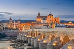 Cordoba, Spanien på Roman Bridge och Moské-domkyrka arkivfoton