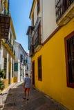 Cordoba, Spanje - Juni 20: Een eenzame mens op de lege straten van Co Stock Afbeelding