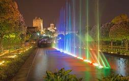 Cordoba - springbrunnshowen i trädgårdarna av slotten för Alcazarde los Reyes Cristianos på natten Arkivbild