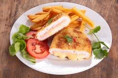 Cordon bleu e patate fritte Immagini Stock Libere da Diritti