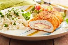 Cordon bleu-Huhn mit Reis und Petersilie Stockfotos