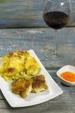 Cordon bleu met Franse aardappelen in de schil Stock Foto's