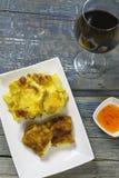 Cordon bleu met Franse aardappelen in de schil Stock Afbeeldingen