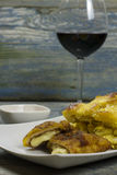 Cordon bleu met Franse aardappelen in de schil Stock Foto
