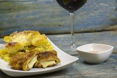 Cordon bleu mit französischen Ofenkartoffeln Lizenzfreie Stockfotos