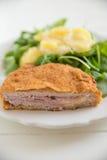 Cordon bleu mit grünem Salat Stockbild