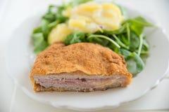 Cordon bleu mit grünem Salat Stockfoto