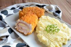 Cordon bleu mit Kartoffelpürees Stockfotografie