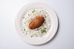 Cordon bleu mit Reis auf einer weißen Platte Stockfotos