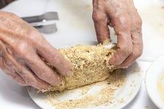 Cordon bleu panieren - Addieren des zerfallenen Crackers Lizenzfreies Stockbild