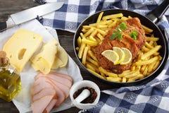 Cordon bleu und Pommes-Frites in der Bratpfanne Stockfoto