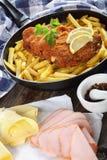 Cordon bleu und Pommes-Frites in der Bratpfanne Stockfotos