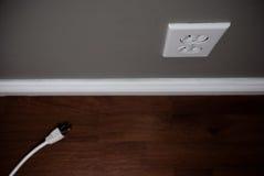 Cordon débranché sur l'étage près de la sortie électrique Image stock
