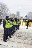 Cordon de police près de monument de liberté à Riga Photo stock
