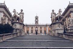 Cordonata楼梯和铸工和北河三白色雕象在Pi 免版税库存照片