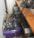 Cordones eléctricos sucios enredados Fotos de archivo libres de regalías