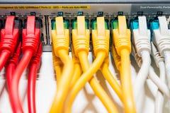 Cordones que remiendan conectados con el interruptor Foto de archivo