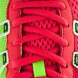 Cordones rojos de la zapatilla de deporte Fotos de archivo libres de regalías