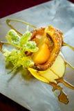 Cordonnier/dessert de croustillant avec le caramel de crème Photo stock