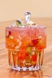 Cordonnier doux de cocktail avec des fruits photographie stock