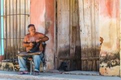 Cordonnier réparant des chaussures sur une rue au Trinidad, Cuba Photos stock