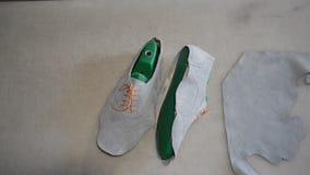 Cordonnier responsable faisant les chaussures grises clips vidéos