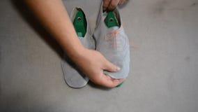 Cordonnier responsable faisant les chaussures grises banque de vidéos
