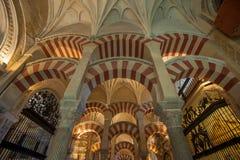 CORDOUE, ESPAGNE - avril, 18, 2012 : Intérieur de la Mezquita-Catedral Photos libres de droits