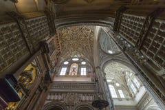 CORDOUE - L'ESPAGNE - 10 JUIN 2016 : Dôme blanc M de plafond de cathédrale Image libre de droits