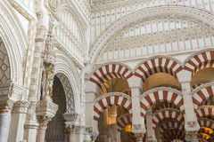 CORDOUE - L'ESPAGNE - 10 JUIN 2016 : Dôme blanc M de plafond de cathédrale Photos stock